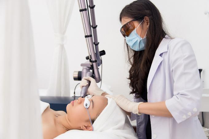 Liệu trình Laser Coreana tại Evie Clinic & Spa do bác sĩ trực tiếp thực hiện.