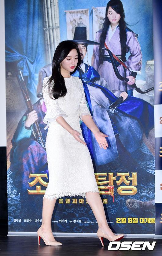 Kim Ji Won diện váy ren kín đáo, trang nhã, trông cô có phần mập hơn so với thời gian đóng Hậu duệ mặt trời.
