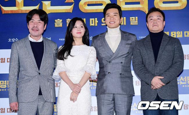 Kim Ji Won cùng các đàn anh ra mắt cánh báo chí.