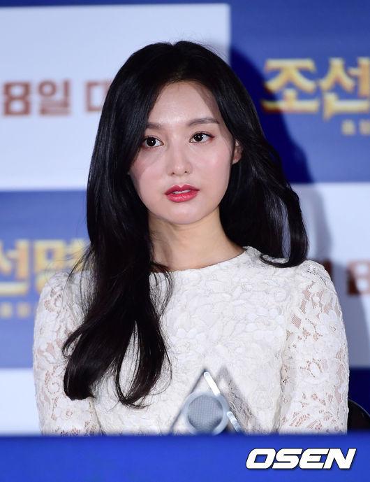 Nổi tiếng sau các phim Hậu duệ mặt trời, Người thừa kế, Kim Ji Won được kỳ vọng sẽ gây được ấn tượng mạnh với tác phẩm điện ảnh lần này. Bản thân nữ diễn viên khi trò chuyện với một tạp chí hồi tháng 1 cũng cho biết, cô đã trưởng thành hơn nhiều sau các vai diễn đa diện.
