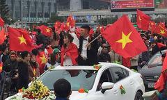 Cô dâu chú rể hoãn đón dâu, xuống đường chào đón U23 Việt Nam về nước
