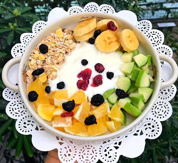 Sữa chua hoa quả, các loại hạt.