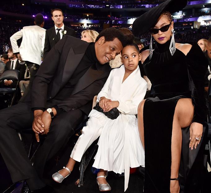Blue Ivy cùng bố mẹ tham dự lễ trao giải Grammy tại Trung tâm Madison Square Garden ở New York tối 28/1 (sáng nay theo giờ Việt Nam). Cô bé 6 tuổi gây ấn tượng với phong cách chững chạc khi ngồi ngay hàng ghế đầu.