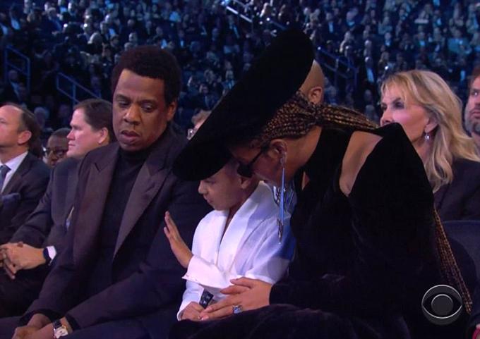 Sau khi đề nghị mẹ hãy kiềm chế, Blue quay sang bố ra hiệu tương tự. Nam ca sĩ Jay Z nghệt mặt trước phản ứng như bà cụ con của công chúa nhỏ.