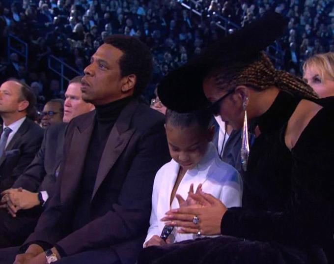 Giữa bài phát biểu của nữ ca sĩ trẻ Camila Cabello, Beyonce vỗ tay nhiệt tình hưởng ứng. Tuy nhiên, Beyonce đã bị cô con gái nhỏ lẳng lặng nhắc nhở đừng vỗ tay lâu quá.