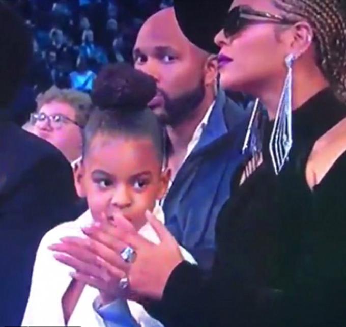 Khoảnh khắc này được truyền hình trực tiếp trước cả triệu khán giả bởi vậy video về Blue Ivy lập tức lan truyền trên khắp các mạng xã hội. Blue chỉ mới 6 tuổi nhưng thực sự là người cai quản gia đình Carter, người hâm mộ chia sẻ. Một tài khoản khác viết: Blue là người duy nhất có thể bảo Beyonce lẫn Jay Z hãy kiềm chế. Cô bé đúng là huyền thoại...