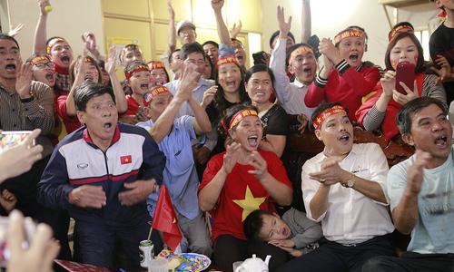 Cung bậc cảm xúc của bố trung vệ Bùi Tiến Dũng trong trận chung kết U23 châu Á