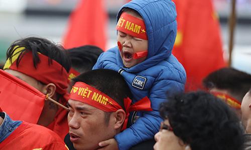 CĐV nhí ngồi trên vai người lớn hàng tiếng đợi U23 Việt Nam