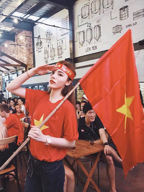 Thay vì khoe phong cách street style sành điệu với những món hàng hiệu đắt tiền, tuần qua sao Việt đồng loạt chọn áo thun cờ đỏ sao vàng để sử dụng. Kỳ Duyên hào hứng xuống phố, đi cổ vũ cho đội tuyển U23 Việt Nam.