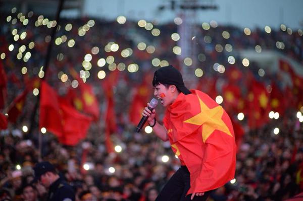 Phương Thanh bùng cháy trên sân khấu của sân vận động Mỹ Đình giữa rừng cờ đỏ sao vàng của người hâm mộ.