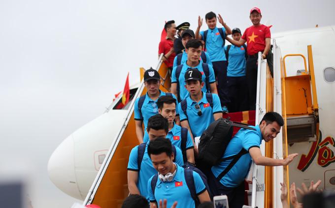 Đoàn tuyển thủ U23 trở về trên chuyến bay Vietjet. Ảnh: Đức Đồng.