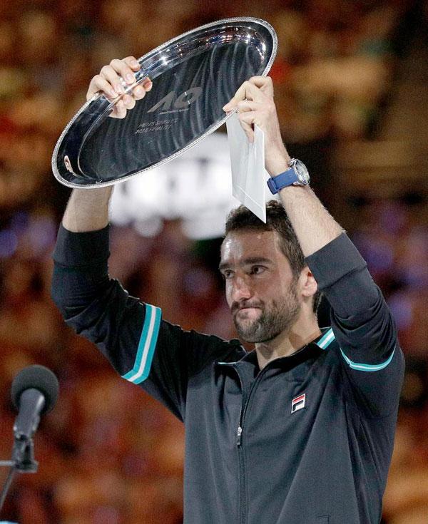 Marin Cillic ngậm ngùi nhận Đĩa bạc giành cho Á quân. Tay vợt 29 tuổi có những lúc thi đấu giằng co với Federer và chỉ chịu thua ở set cuối cùng.