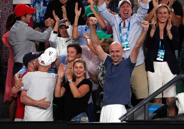Bà xã Mirka và HLVIvan Ljubicic mừng chiến thắng của Federer trong trận chung kết.