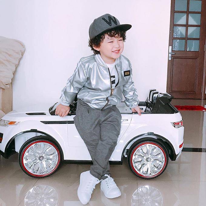 Con trai Noah của hoa hậu Diễm Hương cười tít mắt, chuẩn bị đi bão chào đón đội U23 Việt Nam trở về.