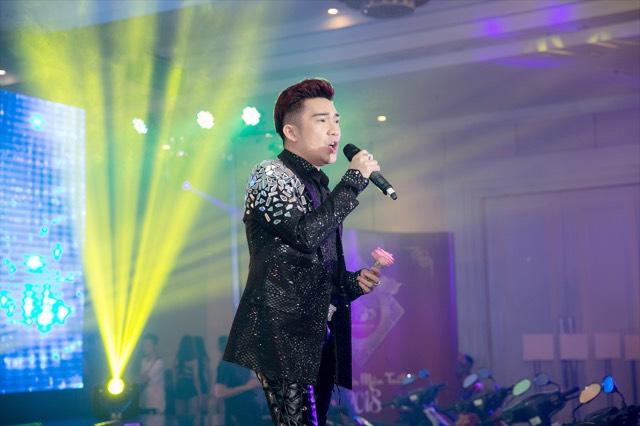 Quang Hà mở màn cho bữa tiệc bằng những ca khúc remix.
