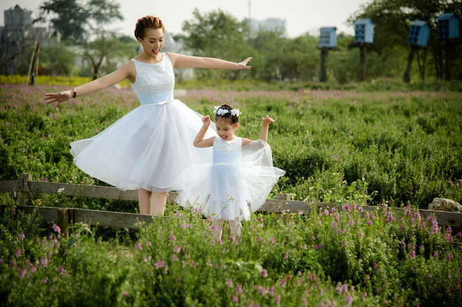 Thanh Huyền và con gái xúng xính váy đôi.