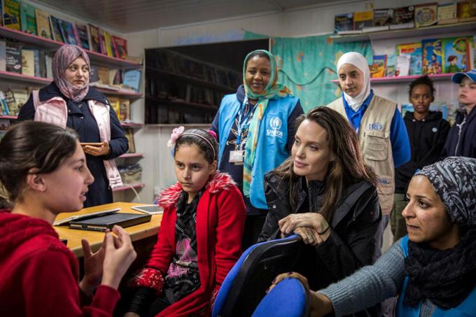 Ba mẹ con trò chuyện với những cô gái Syria đang tham gia chương trình  TIGER (These Inspiring Girls Enjoy Reading) của Angelina Jolie - một quỹ  tăng cường giáo dục và nhận thức cho các cô gái trong các trại tị nạn. Với tư cách là Đại sứ thiện chí của Cao ủy Liên hợp quốc về người tị nạn, Angelina muốn giúp đỡ những trẻ em phải bỏ học khi chạy trốn khỏi cuộc nội chiến nơi quê nhà.