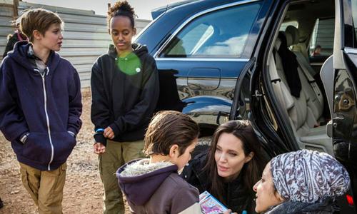 Hai con gái xin đi theo Angelina Jolie tới thăm trại tị nạn ở Jordan