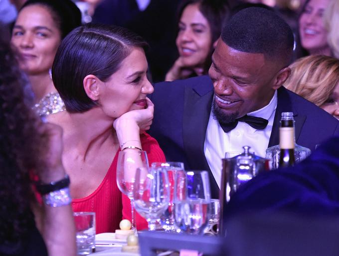 Katie Holmes và Jamie Foxx ngồi bên nhau tại bữa tiệc tiền lễ trao giải Grammy ở New York hôm 27/1.