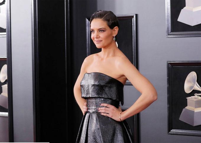 Sau bữa tiệc trước lễ trao giải, tối 28/1, Katie Holmes một mình tới thảm đỏ Grammy.