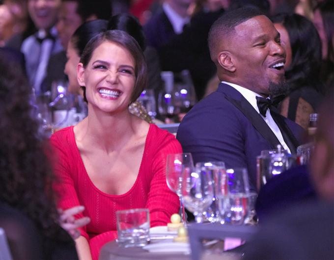 Katie Holmes trông rất hạnh phúc trong đêm gala. Cô từng đến ủng hộ bạn trai trong nhiều sự kiện nhưng đều cố gắng né mặt.