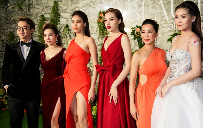 Sự kiện còn có người mẫu Lan Khuê và Hoa hậu Đại dươngNgân Anh (ngoài cùng bên phải)tham dự.