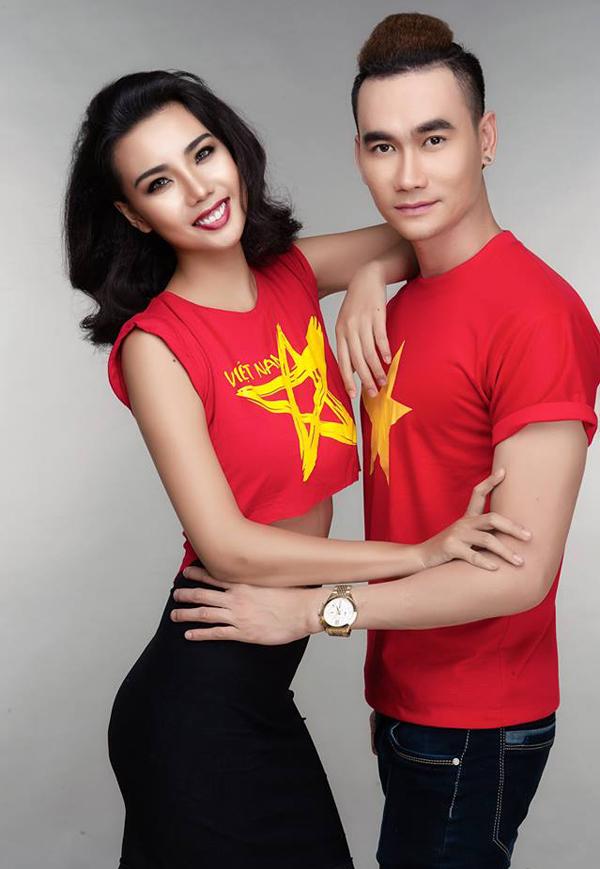 Lại Thanh Hương (trái) cũng là một fan của U23 Việt Nam. Cô bị dằn vặt vì vô tình vướng vào sự cố mặc hở hang biểu diễn trên chuyến bay chở các cầu thủ trẻ về nước.