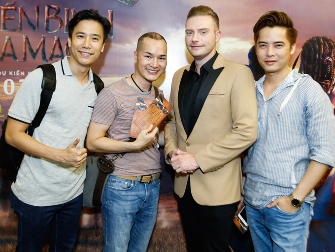 Anh hội ngộ biên đạo múa nổi tiếngLê Việt (ngoài cùng bên trái) và nhiều khán giả.