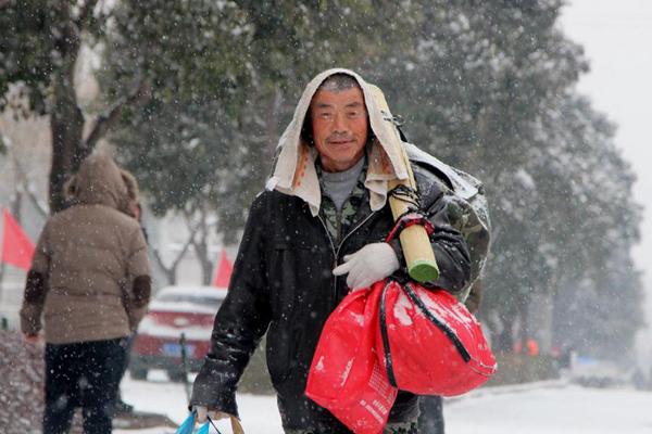 Ông Zhao vác hành lý khá cồng kềnh, đi bộ 40 km về quê ăn Tết. Ảnh: Shanghaiist