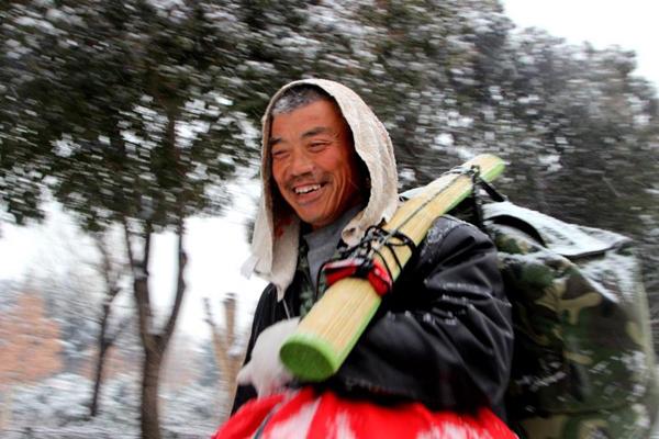 Người đàn ông 60 tuổi dường như rất vui vì tiết kiệm được một khoản tiền để mua quần áo cho vợ mặc Tết. Ảnh: Shanghaiist