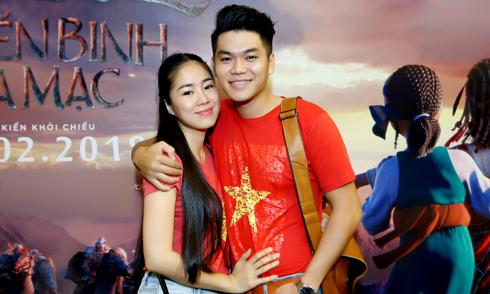 Vợ chồng Lê Phương mặc áo đỏ sao vàng đi xem phim
