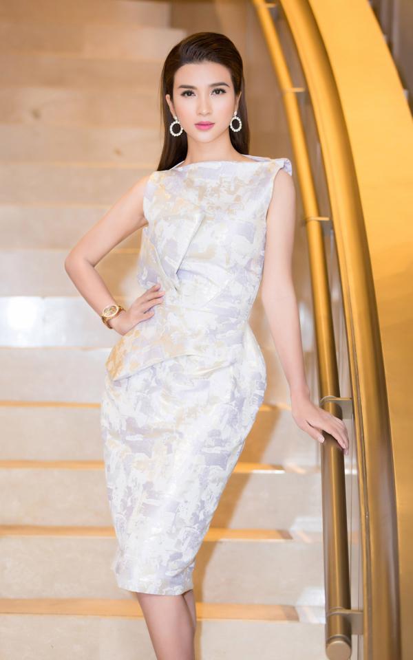Sau nhiều lần tự nhấn chìm nhan sắc bởi cách phối hợp trang phục không mấy thuận mắt, diễn viên Kim Tuyến ghi điểm bằng mẫu váy phồng hông được chăm chút tỉ mỉ về phom dáng của nhà mốt Phương My.