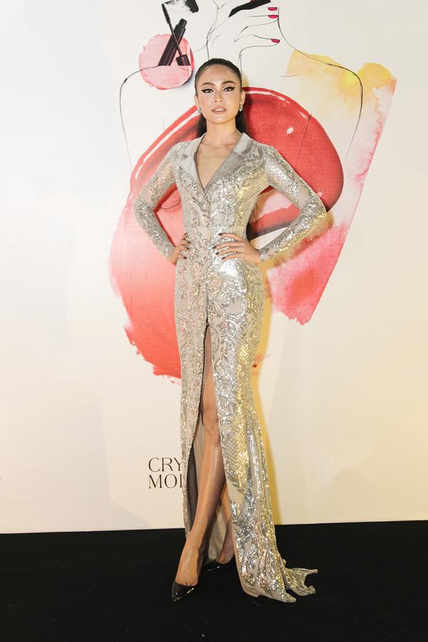Á hậu 2 Hoa hậu Hoàn vũ VN 2017 - Mâu Thủy khoe chân dài gợi cảm khi diện trang phục thiết kế của Đức Vince có họa tiết ánh bạc bắt mắt đi cùng chi tiết cổ vest thanh lịch.