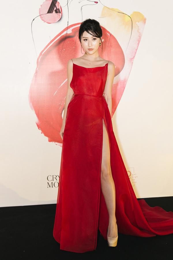 Qua cách chọn lựa trang phục trên thảm đỏ, Quỳnh Anh Shyn thể hiện sự lột xác rõ nét về phong cách và cách xây dựng hình tượng.Váy hai dây tông đỏ hợp mốt với đường cắt xẻ ấn tượng giúp hot girl trở nên quyến rũ hơn.