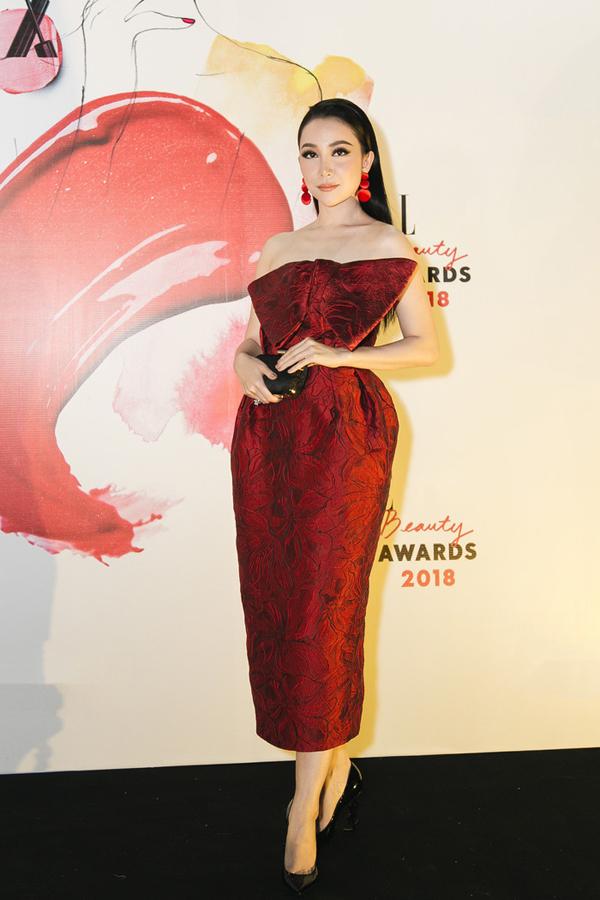 Thiết kế váy phồng, gam màu đỏ in họa tiết hoa nổi của Đỗ Mạnh Cường được diễn viên múa Linh Nga chọn lựa sử dụng khi góp mặt bên dàn mỹ nhân trong sự kiện bình chọn thương hiệu mỹ phẩm được ưa chuộng của năm.
