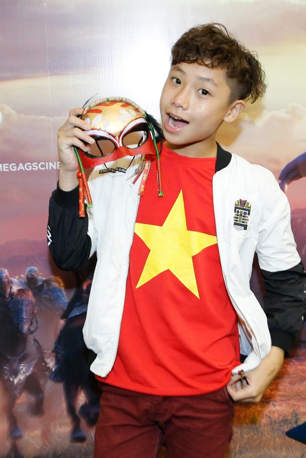 Giọng ca nhí Tô Trung Tín cũng nổi bật với áo thun cờ đỏ sao vàng.