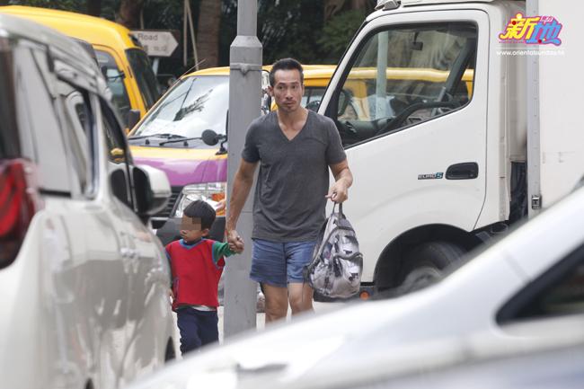 Sau khi Aiden tan học, Trần Hào dắt con ra xe để về nhà. Con trai bé Nathan lại được chuyển cho vợ anh tiếp quản.