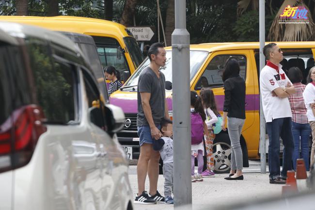 Trần Hào và con trai thứ hai, bé Nathan đứng đợi ở ngoài, trong khi Trần Nhân Mỹ vào đón con.