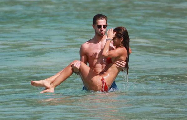 Thủ thành người Đức và siêu mẫu thường xuyên về quê nhà Brazil của người đẹp nghỉ dưỡng.