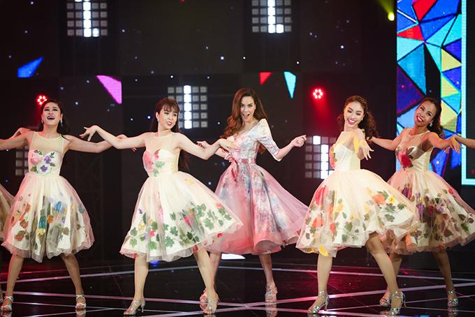 Hồ Ngọc Hà xuất hiện trong Gala nhạc Việt 11 với chủ đề Về nhà đón Tết bằng hai vai trò MC và ca sĩ. Cô thể hiện một ca khúc về mùa xuân mang tên Chào xuân mới.