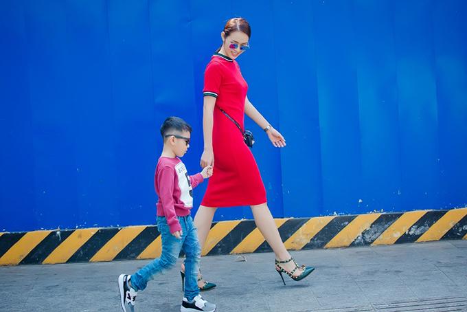 Con trai Diệp Bảo Ngọc mặc sành điệu dạo phố cùng mẹ