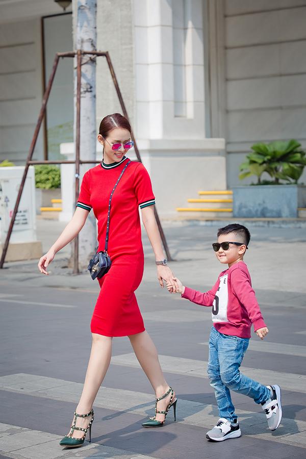 Những ngày cận Tết âm lịch, Diệp Bảo Ngọc tranh thủ dẫn con trai đi sắm quần áo rồi cùng chụp bộ ảnh kỷ niệm trên phố Sài Gòn.