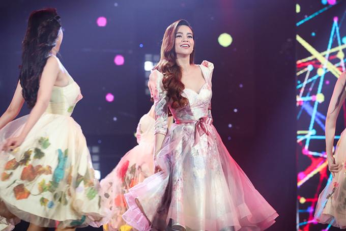 Hồ Ngọc Hà mặc váy hoa, vừa hát vừa nhảy trong tiếng nhạc sôi động cùng vũ đoàn Hoàng Thông.