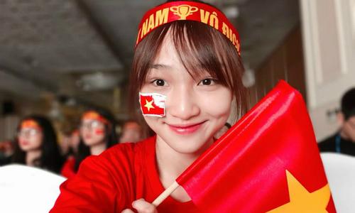 Hot girl, hot boy Việt selfie thể hiện tình cảm với cầu thủ U23