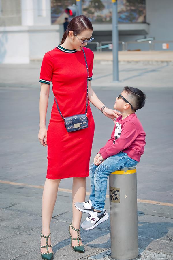 Con trai Diệp Bảo Ngọc mặc sành điệu dạo phố cùng mẹ - 2