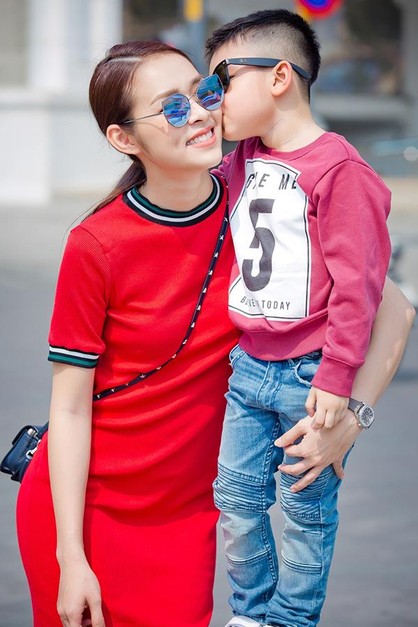 Bé Kid đang học mẫu giáo, mới khoảng 5 tuổi nhưng ra dáng một fashionista. Bé được mẹ chăm chút phong cách ăn mặc, trông đơn giản nhưng năng động, sành điệu.