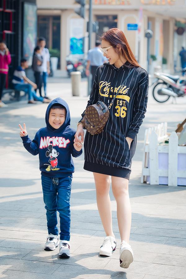 Con trai Diệp Bảo Ngọc mặc sành điệu dạo phố cùng mẹ - 4