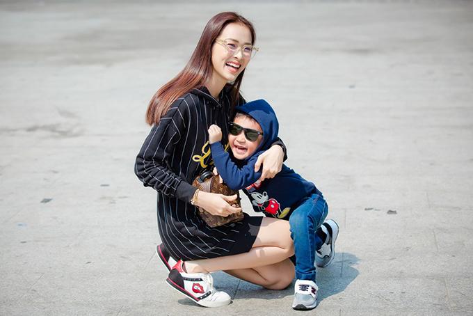 Con trai Diệp Bảo Ngọc mặc sành điệu dạo phố cùng mẹ - 6