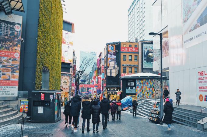 Khu phố Myeongdong ở line 4 luôn là địa điểm mua sắm ăn vặt lớn nhất Hàn Quốc, các cửa hàng mỹ phẩm , quần áo, đầy đủ các thương hiệu đều có thể tìm thấy nơi đây. Mùa đông cũng là thời điểm dâu Hàn Quốc đỏ ngọt nhất, các loại bingsu dâu có thể ăn tại Subing, thương hiệu Bingsu nổi tiếng nhất Hàn Quốc hoặc các cửa hàng bingsu địa phương. Trời lạnh cũng là thời gian tuyệt vời để ăn món thịt hầm Haechangkuk của Hàn Quốc