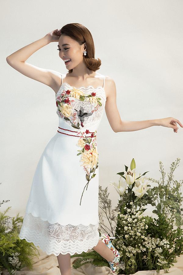 Để có thể tạo ra những cánh hoa theo đúng ý đồ, Đỗ Long cho cắt tỉa từng bông hoa trên tấm ren lớn, sau đó đính lên váy, tạo cảm giác mềm mại, khẳng định đẳng cấp của người mặc.